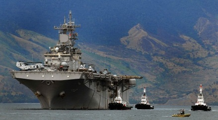 USS_Essex_enters_port_at_the_Subic_Bay