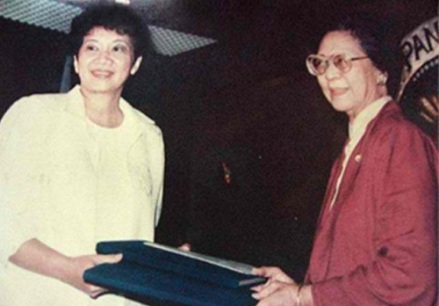 president-cory-aquino-and-justicececilia-munoz-palma-with-draft-of-constitution